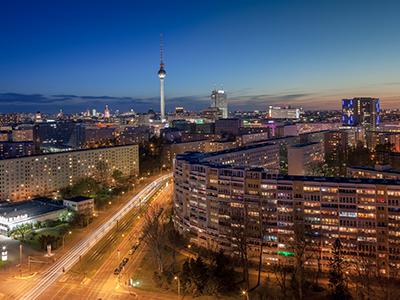 Blick auf Berlin Mitte mit dem Berliner Fernsehturm vom Platz der Vereinten Nationen aus.